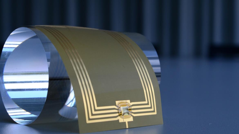 Ultradünner, mechanisch flexibler Chip und Leiterbahnen auf Foliensubstrat