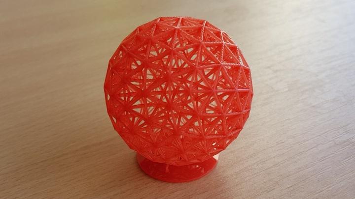 Sehr feingliedrige Kugel als Beispiel für einen SLA-DLP-3D-Druck.