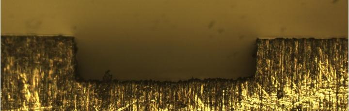 In der Mikrofräse hergestellter Kanal mit 150 µm Tiefe.